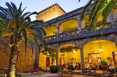 HMS0575028 Spain, Extremadura, Jarandilla de la Vera, medieval castle of the 15th century was the home of Carlos V and transformed now into a Parador of Tourism, patio under the palms