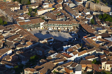 HMS0391373 Spain, Community of Madrid, Chinchon, downtown and Plaza Mayor (aerial view)