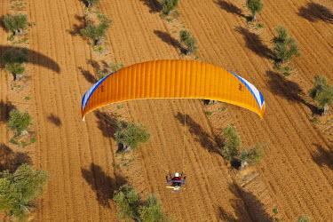 HMS0391446 Spain, Community of Madrid, Chinchon, paraglider