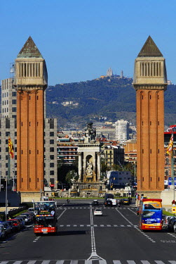 HMS0563752 Spain, Catalonia, Barcelona, Montjuic, Avenida de la Reina Maria Cristina and two Venetian towers of 47 meters tall near Plaza de Espana