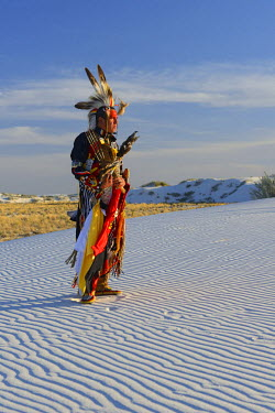USA9392AW Native American in full regalia, White Sands National Monument, New Mexico, USA MR