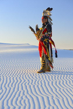 USA9395AW Native American in full regalia, White Sands National Monument, New Mexico, USA MR