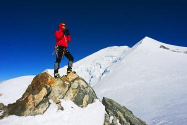 FRA8309 Europe, France, Haute Savoie, Rhone Alps, Chamonix Valley, Mont Blanc 4810m, climbers on Mt Blanc (MR)