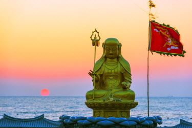 SKO0144 Asia, Republic of Korea, South Korea, Busan, Haedong Yonggungsa temple, sunrise