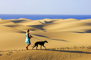HMS0874744 Spain, Canary Islands, Gran Canaria, Maspalomas, woman walking her dogs on the dunes