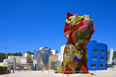 HMS0616078 Spain, Spanish Basque Country, Bilbao, Guggenheim museum square, museum open in 1997 by Canadian American architect Frank Gehry with over 12 meters high American artist Jeff Koons' Puppy sculpture