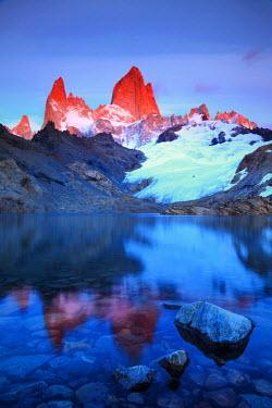 AR02330 Argentina, Patagonia, El Chalten, Los Glaciares National Park, Cerro Fitzroy Peak and Laguna de los tres