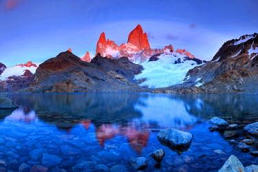 AR02331 Argentina, Patagonia, El Chalten, Los Glaciares National Park, Cerro Fitzroy Peak and Laguna de los tres