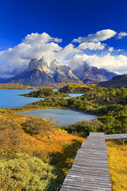 CL02449 Chile, Patagonia, Torres del Paine National Park (UNESCO Site), Cuernos del Paine peaks and Lake Pehoe