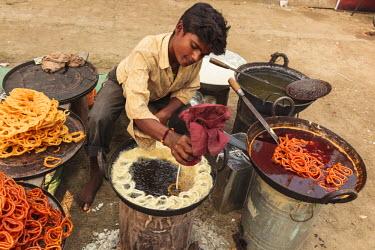 AS10ALA0156 India, Odisha, Subarnapur District, Sonepur, Man preparing street food at Sonepur Cattle Fair
