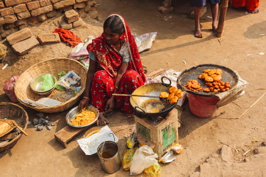AS10ALA0164 India, Odisha, Subarnapur District, Subarnapur, woman preparing street food at Sonepur Cattle Fair