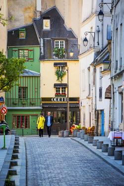 EU09BJN1236 Couple stroll down Rue Saint-Julien le Pauvre in the Latin Quarter, Paris, France.