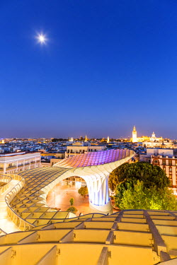 SPA5913AW Spain, Andalusia, Seville. Metropol Parasol structure and city at dusk