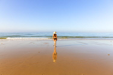 SPA5945AW Spain, Andalusia, Cadiz province, Costa de la Luz, Bolonia. Woman on the beacch looking at the sea (MR)