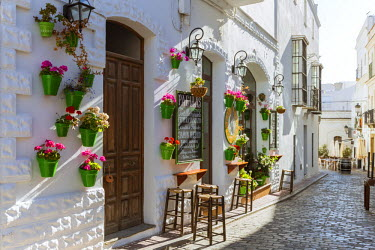 SPA5952AW Spain, Andalusia, Cadiz province, Tarifa. Street in the old town with typical whitewashed buildings