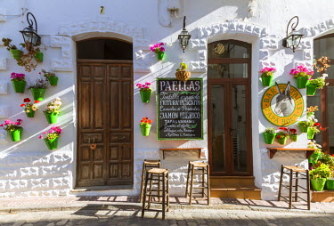 SPA5954AW Spain, Andalusia, Cadiz province, Tarifa. Outdoor caf� in the old town