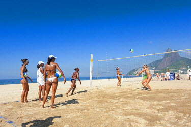 BRA2506AW South America, Brazil, Rio de Janeiro, Ipanema, women playing beach volleyball