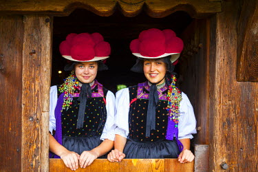 DE05205 Portrait of young women in tradtional Protestant folk costume, Black Forest Open Air Museum Vogtsbauernhof, Gutach, Black Forest, Baden-Wurttemberg, Germany