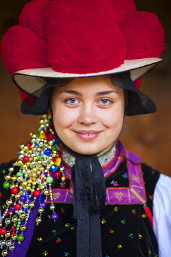 DE05223 Portrait of young woman in tradtional Protestant folk costume, Black Forest Open Air Museum Vogtsbauernhof, Gutach, Black Forest, Baden-Wurttemberg, Germany