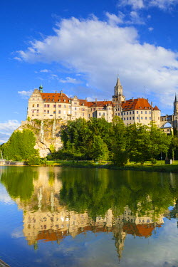 DE05228 Sigmaringen Castle reflected in the river Danube, Swabia, Baden Wurttemberg, Germany, Europe