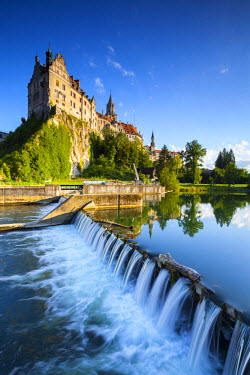 DE05230 Sigmaringen Castle reflected in the river Danube, Swabia, Baden Wurttemberg, Germany, Europe