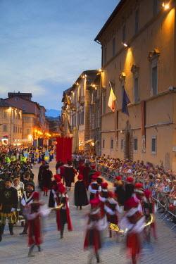 ITA3280AW Procession of medieval festival of La Quintana in Piazza Arringo, Ascoli Piceno, Le Marche, Italy