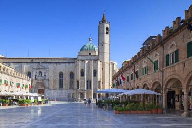 ITA3309AW Church of St Francis in Piazza del Popolo, Ascoli Piceno, Le Marche, Italy