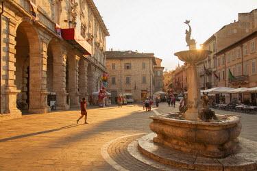 ITA3312AW Fountain in Piazza Arringo, Ascoli Piceno, Le Marche, Italy