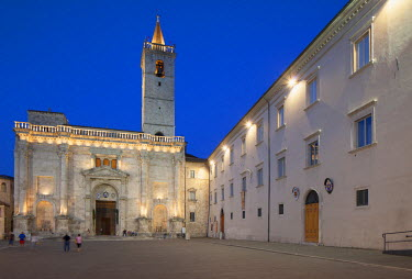 ITA3314AW Duomo (Cathedral) in Piazza Arringo at dusk, Ascoli Piceno, Le Marche, Italy
