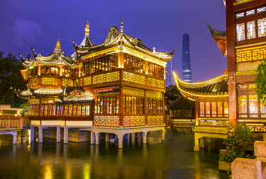 CN03380 Tea house at the YuYuan Gardens and Bazaar with the Shanghai Tower behind, Old Town, Shanghai, China