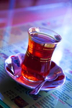 HMS0379355 Turkey, Istanbul, Besiktas District, glass of Turkish tea