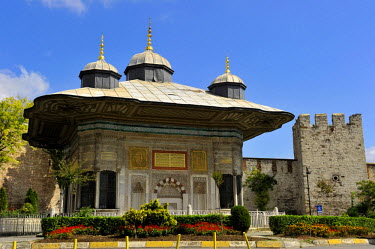 HMS0530947 Turkey, Istanbul, historical centre listed as World heritage by UNESCO, Ahmet III Fountain built in 1728 nearby Bab-i Humayun Gate of Topkapi Palace