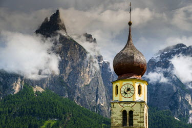 ITA3481AW St. Valentin church with Dolomites behind, Castelrotto or Kastelruth, Alto Adige or South Tyrol, Italy
