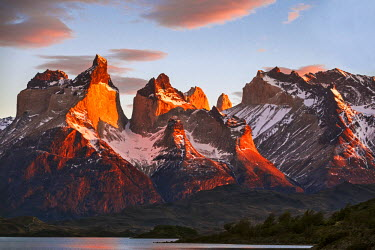 CHI8973 Chile, Torres del Paine, Magallanes Province. Sunrise over the peaks of Cuernos del Paine. The notable formation of contrasting igneous, sedimentary and metamorphic rocks is unique in the world.