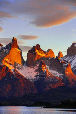 CHI8974 Chile, Torres del Paine, Magallanes Province. Sunrise over the peaks of Cuernos del Paine. The notable formation of contrasting igneous, sedimentary and metamorphic rocks is unique in the world.
