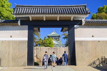 JAP0653AW People at entrance of Osaka Castle, Osaka, Kansai, Japan