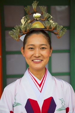 JAP0682AW Shrine maiden at traditional wedding ceremony at Shinto shrine of Sumiyoshi Taisha, Osaka, Kansai, Japan