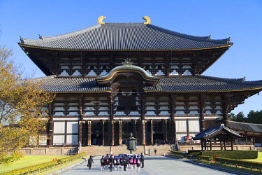 JAP0757AW School children at Todaiji Temple (UNESCO World Heritage Site), Nara, Kansai, Japan