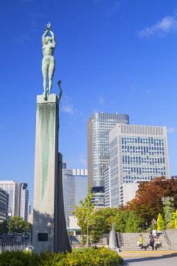 JAP0796AW Skyscrapers and statue on Naganoshima island, Osaka, Kansai, Japan
