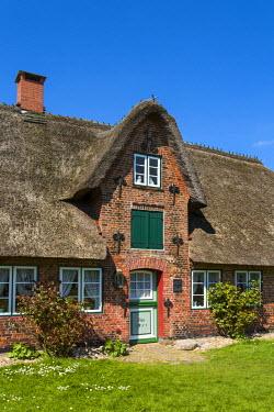 GER8260AW Thatched house, Nebel, Amrum Island, Northern Frisia, Schleswig-Holstein, Germany