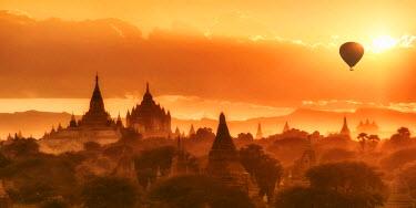 BM01349 hot air balloon over the Pagodas at Bagan, Mandalay Region, Myanmar 9Burma)