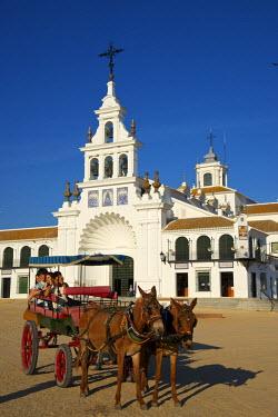 SPA6348AW Horse-drawn carriage in front of the Santuario de la Virgen del Rocio, Parque Natural de Donana, El Rocio, Costa de la Luz, Andalusia, Spain