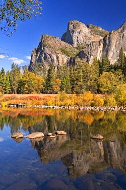 USA9414AW Autumn scenery near the Merced River in Yosemite Valley, California, USA. Autumn (October)