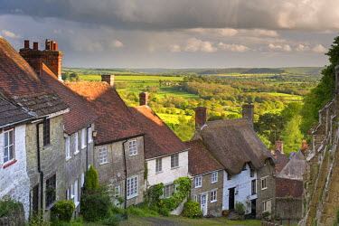 ENG11849AW Picturesque Gold Hill in Shaftesbury, Dorset, England. Spring (May)