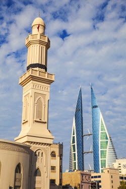 UE04065 Bahrain, Manama, City Center, Ras Ruman Mosque and Bahrain World Trade Center