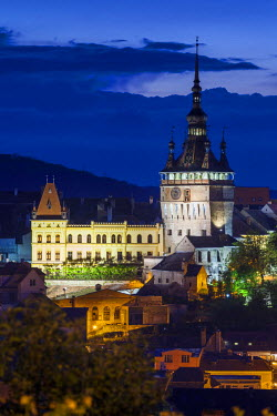 RM01581 Romania, Transylvania, Sighisoara, elevated city view Old Town and clocktower, dusk