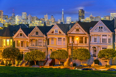 USA9506AW Night view of the Painted Ladies victorian houses in Alamo Square, San Francisco, California, USA