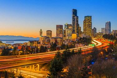 USA9524AW Freeway traffic and downtown skyline at dusk, Seattle, Washington, USA