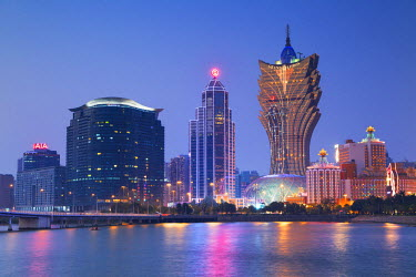 CH10450AW Grand Lisboa Hotel and Casino at dusk, Macau, China