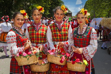 BG02120 Bulgaria, Central Mountains, Kazanlak, Kazanlak Rose Festival, town produces 60% of the world's rose oil, Rose Parade, young women in traditional costumes, NR
